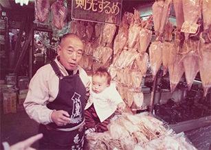 店主小島の幼少時代、店頭で祖父と一緒に